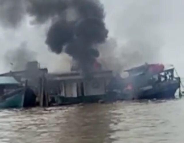 Ngeri! Sebuah Kapal Besar Meledak di Sungai Indragiri Tembilahan