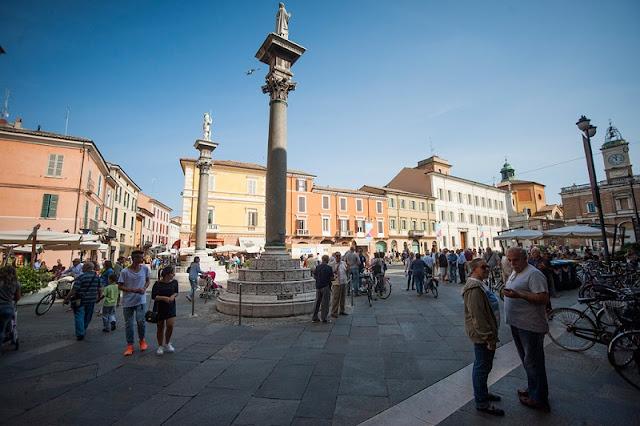 Estátuas de San Vitale e San Appolinaro na Piazza del Popolo em Ravena