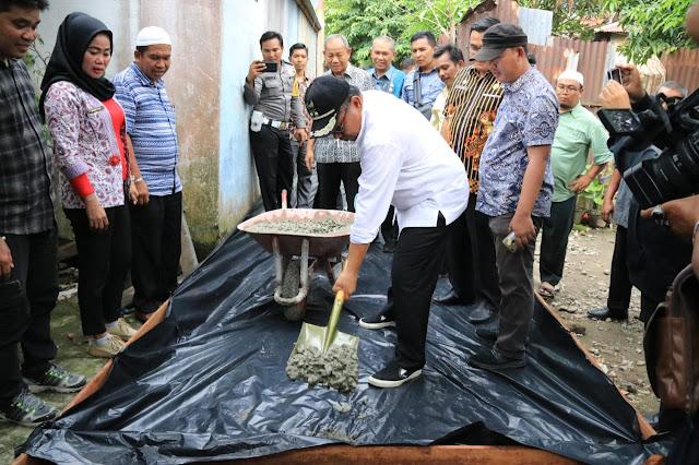 Akhyar Launching Penggunaan Dana Kelurahan di Kota Medan ditandai dengan Pembetonan Jalan