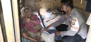 Terpuji, Dua Bhabin Kamtibmas Ini Sisihkan Gaji Bantu Nenek Lansia