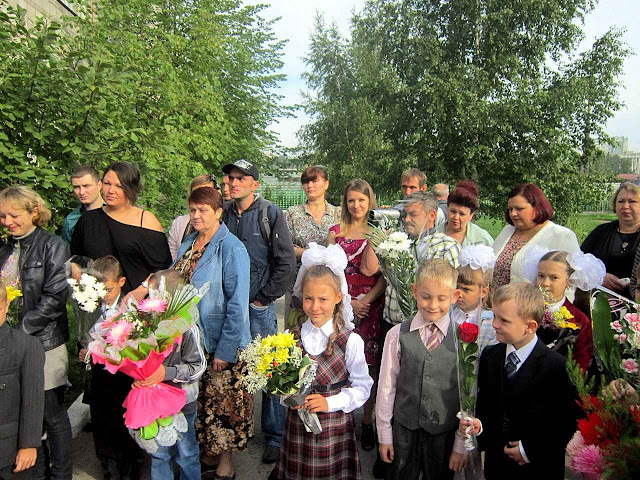 Típico primeiro dia de aula na Escola Franciscana da Natividade de Novosibirsk.