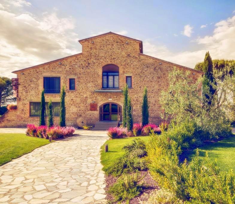 File:Il casale della tenuta di Castelfalfi Toscana