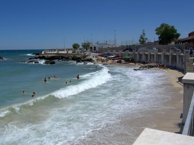 plaża w Monopoli w sezonie, jak wygląda