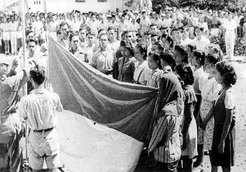 Bendera Indonesia dikibarkan pada proklamasi kemerdekaan 17 Agustus 1945