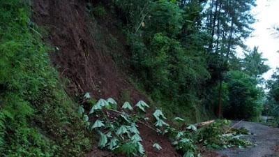 Hujan Deras Akibatkan Longsor di Pamriyan