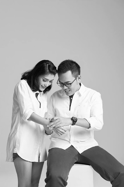Foto prewedding black & white indoor