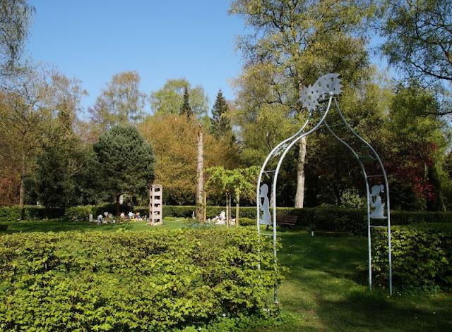 Wo man sein Sternenkind begraben kann: Der Urnenfriedhof Kiel. Der Eingang zu den Grabstätten besteht aus einem lichten Bogen.