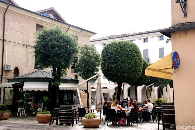 Piazzetta del centro con i tavolini all'aperto