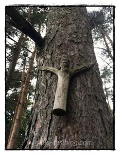 Holzjesus am Baum