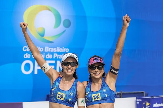 Carol Solberg  e Talita em comemoração do bronze na primeira etapa do Circuito Brasileiro