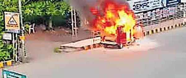 Van catches fire at Ernakulam, News, Local-News, Fire, Accident, Kerala