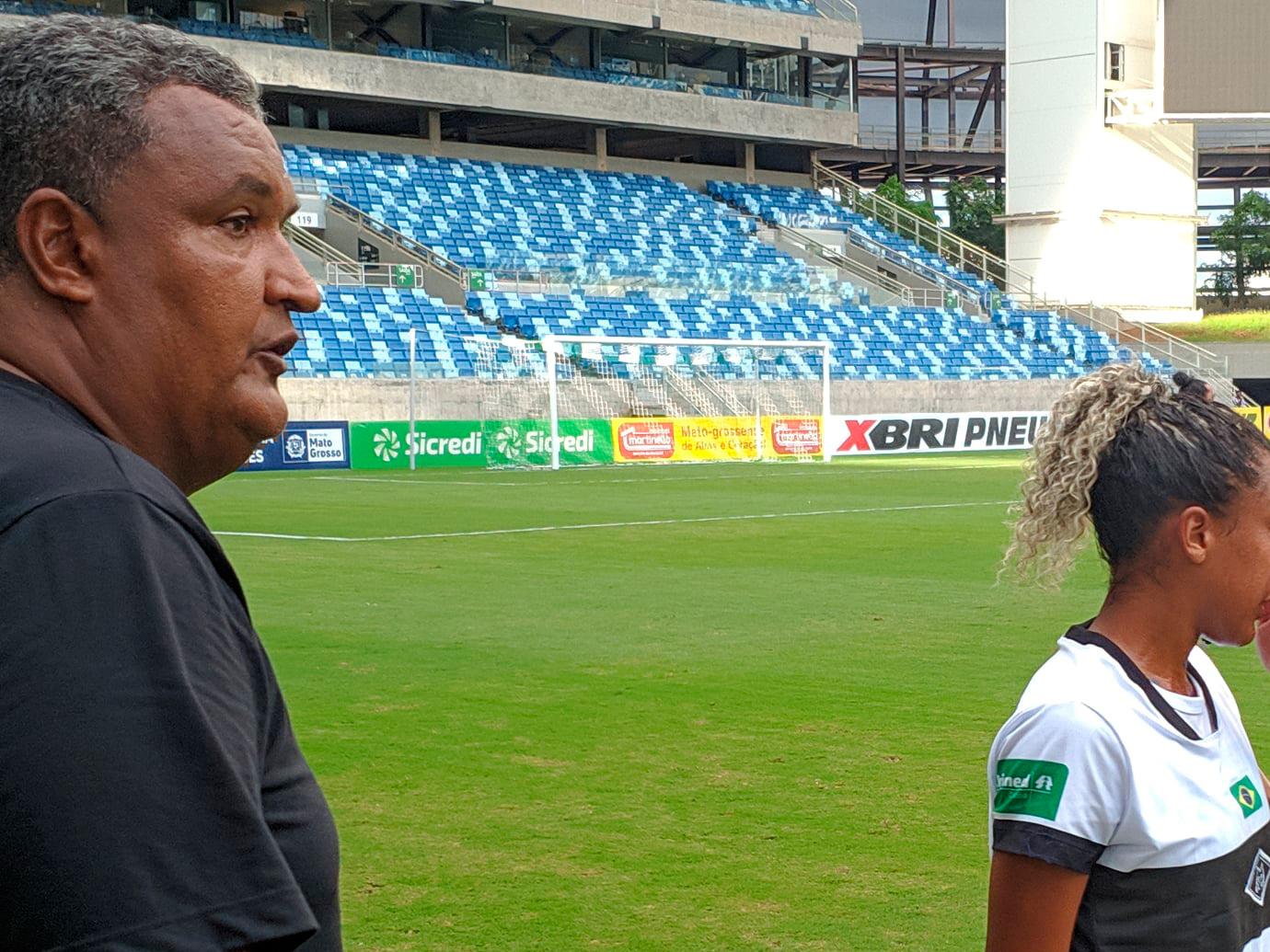 técnico comanda jogo de futebol feminino