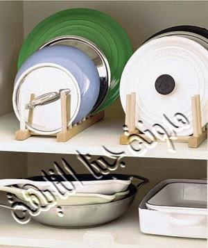 ترتيب الأطباق وأغطية الحلل بطريقة طولية على حوامل خشبية مما يساعد فى استغلال مساحة صغيرة فى قطعة المطبخ أو على أرفف بالمطبخ ويعطى مظهر جمالى ويسهل الحصول عليها وقت الحاجة