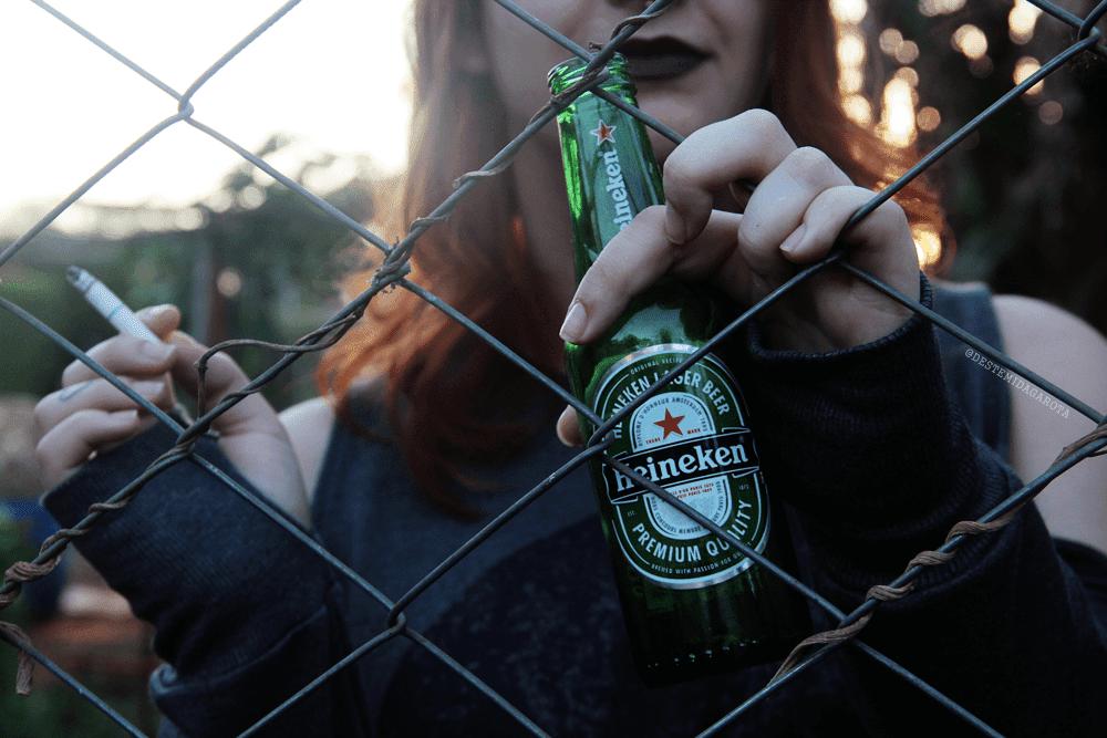 DS ARTES VISUAIS Ensaio fotográfico fumando e bebendo atrás das grades, gótico, trevoso, heineken, MAC, Viva Glam batom ariana grande