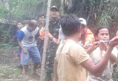 TNI dan Warga Bahu Membagu Membuat jembatan Darurat TMMD