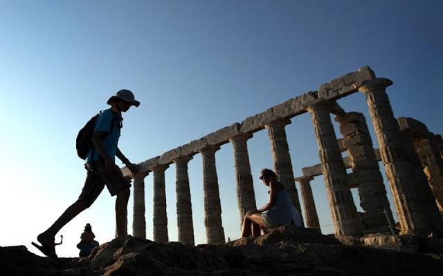 Έως τα μέσα Ιουνίου περίπου θα πρέπει να περιμένουμε για να δούμε σημαντικές ροές τουριστών από τη Βρετανία και τη Γερμανία. Αν και τα ελληνικά νησιά είναι στην κορυφή των προτιμήσεών τους, οι αποφάσεις Λονδίνου και Βερολίνου κρατούν προς το παρόν σε «καραντίνα» τον ελληνικό τουρισμό.