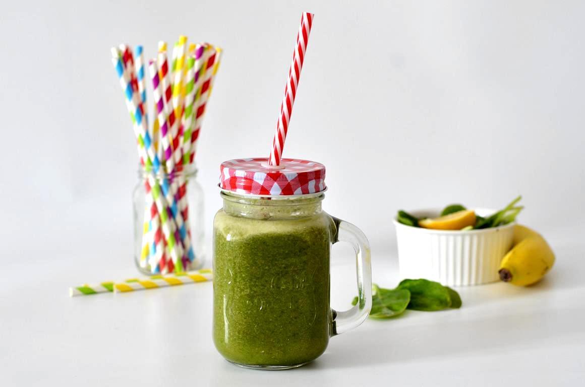 zielony koktajl ze szpinakiem i bananem