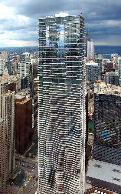 Vista Urbana de la Aqua Tower de Chicago con las diferentes terrazas desde el Aon Center