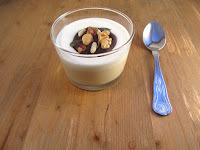 Mousse de turrón, yogur y bombón de músico