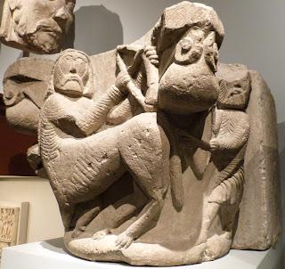 ROMÁNICO EN NUEVA YORK. THE MET. Capitel. Centauro luchando contra hombre
