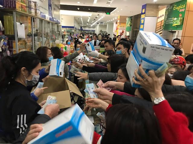 Clip: Hỗn loạn vì tranh nhau khẩu trang ở chợ thuốc lớn nhất Hà Nội