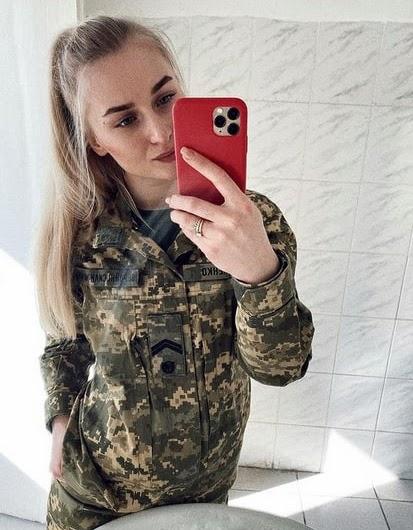 в українських жінок-військовослужбовців немає проблем а ні з модельними зачсками, а ні з фарбування губ, нігтей