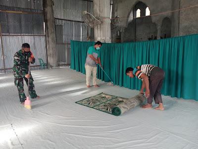 Salah Satu Wujud Kebersamaan, Babinsa Posramil 05/PC Galakkan Gotong Royong Bersihkan Masjid