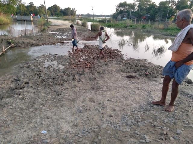 बाढ़ से सड़क के क्षतिग्रस्त होने से अंधरी की बढ़ी परेशानी