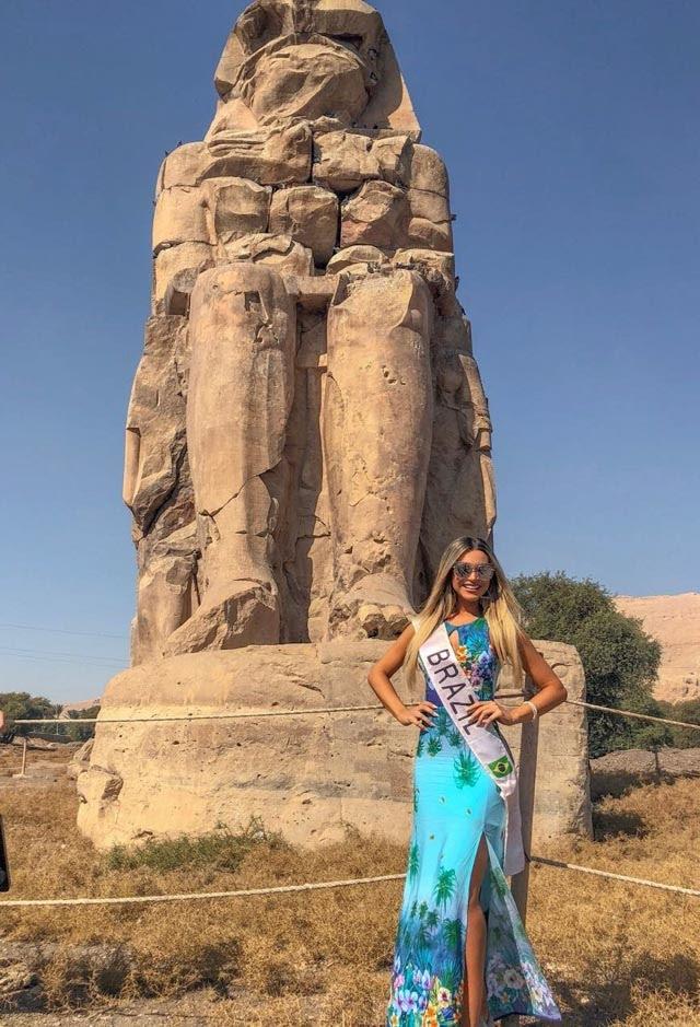 Amanda Cardoso tira foto em monumento no Egito. Foto: Acervo Pessoal