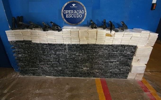 RECEITA FEDERAL APREENDE 479KG DE COCAÍNA E 15 ARMAS COM 19 CARREGADORES EM CÉU AZUL