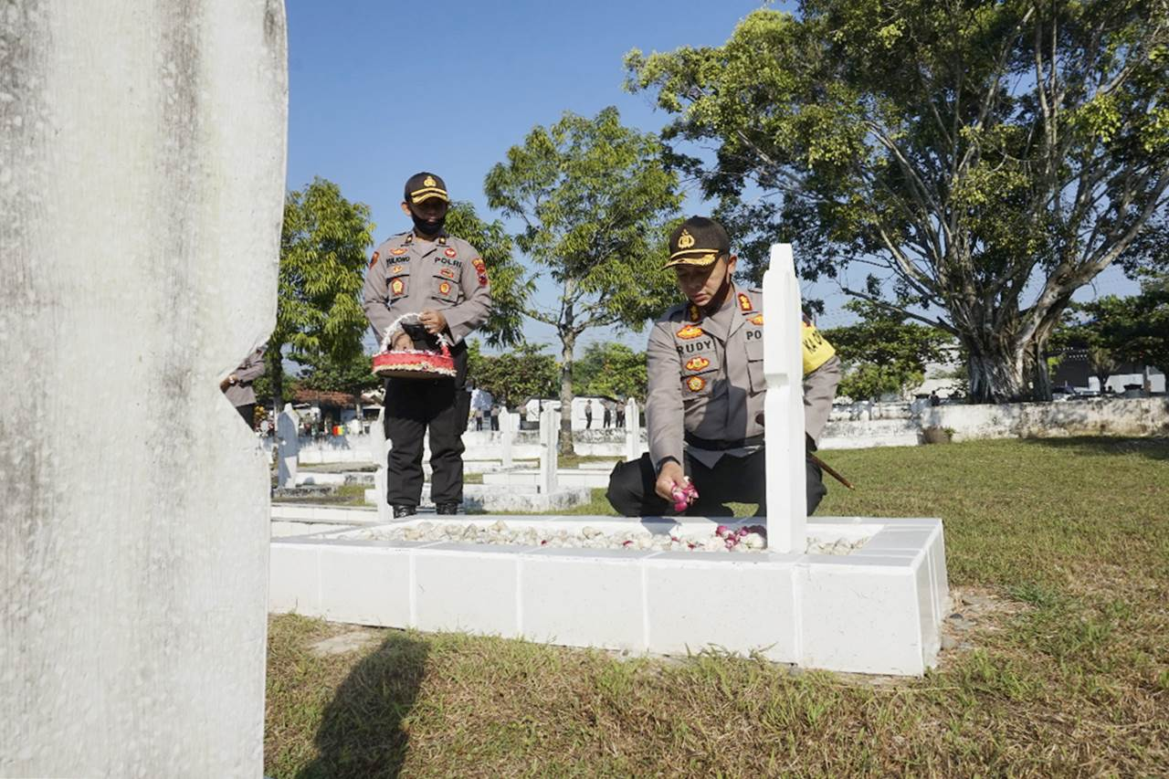 Jelang Hari Bhayangkara, Polres Kebumen Tabur Bunga di Taman Makam Pahlawan