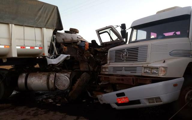 Batida entre duas carretas deixa homem ferido e veículos destruídos em Luís Eduardo Magalhães