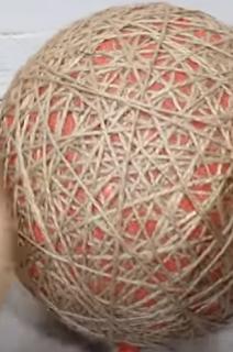 Nest mit einem Luftballon als Hilfsmittel basteln.
