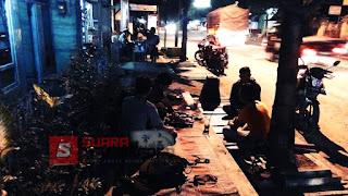 Ngopi Lesehan Trotoar  di Purwosari Jadi Pilihan Nunggu Sahur Tiba