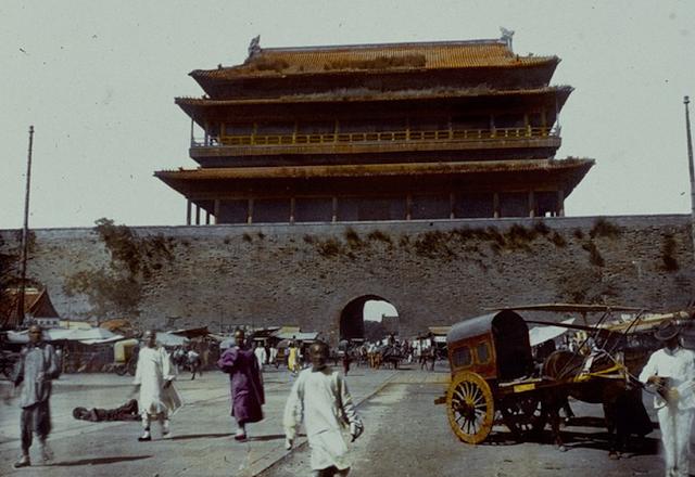 Một cổng thành dẫn vào hoàng cung ở Trung Quốc.  Có thể thấy đây là nơi đông người qua lại, hai bên là những xe ngựa và hàng rong nhỏ.