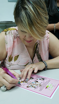 Firmando autografos en el Meet and Greet de Panamá