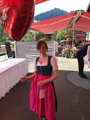Roter Herzballon, Sommerhochzeit in den Bergen von Garmisch-Partenkirchen, Riessersee Hotel ihr Hochzeitshotel in Bayern, Apfelgrün und Weiß, Hochzeitsplanerin Uschi Glas