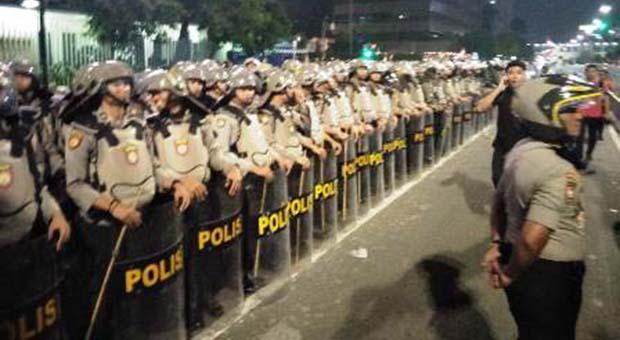 Tak Mau Bubar, Polisi Tembaki Massa Aksi Dengan Gas Air Mata
