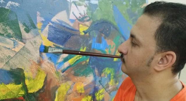 """التشكيلي المصري """"رضا فضل"""" يرسم بالفم والقدم"""
