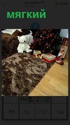 стоит мягкий диван и на нем мягкая игрушка медведя лежит
