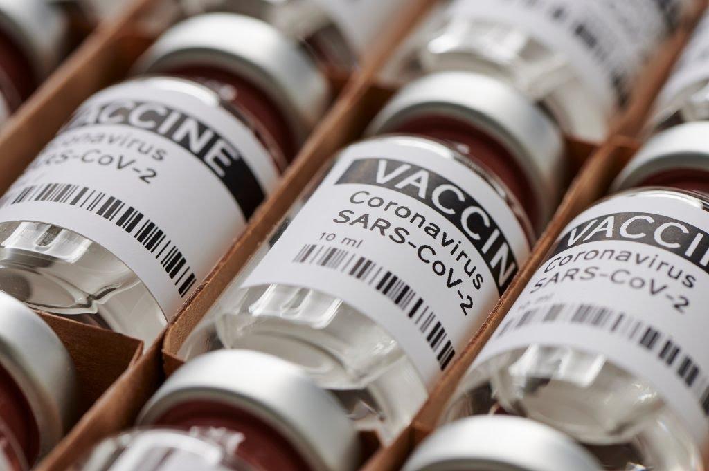 """Vacina Novavax tem mais de 90% de eficácia e engloba variantes Vacina. Imagem: Shutterstock/siam.pukkato   Segundo estudos preliminares realizado pela farmacêutica Novavax, a sua candidata à vacina – a Novavax – tem uma eficácia de 90% contra a Covid-19 e, inclui ação contra variantes da doença.   De acordo com nota publicada nesta segunda-feira (14) pela companhia, o imunizante """"demonstrou uma proteção de 100% contra doenças moderadas e graves, e uma eficácia de 90,4% em geral"""".  A empresa, que tem sede em Maryland, planeja solicitar a aprovação do imunizante até o terceiro trimestre de 2021. Se aprovada, o objetivo é fabricar 100 milhões de doses por mês até o final do terceiro trimestre, e 150 milhões de doses por mês, até o final do ano.  """"Hoje, a Novavax está um passo mais perto de abordar a necessidade crítica e persistente de saúde pública mundial por vacinas covid-19 adicionais"""", afirmou o CEO da empresa, Stanley Erck.    Vacina Novavax tem mais de 90% de eficácia e engloba variantes. Imagem: Shutterstock/M-Foto  Com uma pesquisa em larga escala, segundo o comunicado, """"o estudo foi feito com 29.960 participantes em 119 lugares de Estados Unidos e México para avaliar eficácia, segurança e imunogenicidade"""".   Conhecido formalmente como NVX-CoV2373, a vacina Novavax não precisa ser mantida em temperaturas extremamente baixas, ficando """"armazenada e estável entre 2°C e 8°C"""", o que sugere uma maior facilidade no transporte e administração do imunizante, principalmente no caso de países com pouca infraestrutura.  Ainda de acordo com a empresa, o intuito é alavancar a vacinação e alcançar, principalmente, pessoas de países mais pobres que estão sendo deixados à margem da campanha de vacinação.  """"A Novavax continua trabalhando com um senso de urgência para completar nossas solicitações de autorização regulatória e oferecer esta vacina, construída sobre uma plataforma bem conhecida e comprovada, para um mundo que ainda tem uma grande necessidade de vacinas"""", acrescent"""