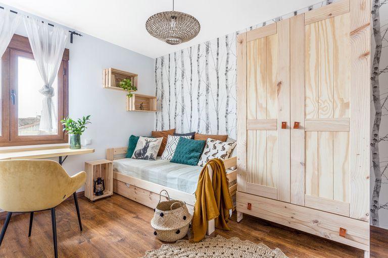 Dormitorio infantil con muebles de madera