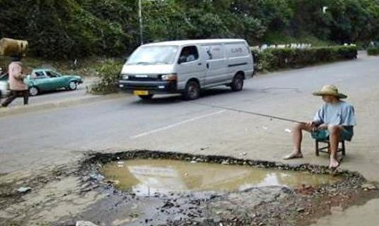 meme lucu kerusakan jalan raya di indonesia