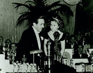 Walt Disney con Shirley Temple en la gala de los Oscar