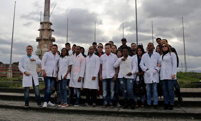 Médicos cubanos desertan de Venezuela. A en Bogotá llegaron 180 galenos antillanos