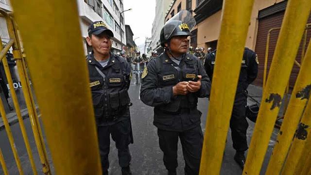 Vizcarra impide con cientos de policías la entrada de congresistas a la sede legislativa