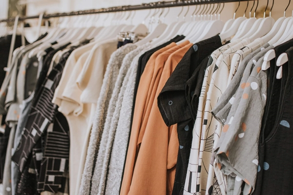 Arara de roupas em uma loja