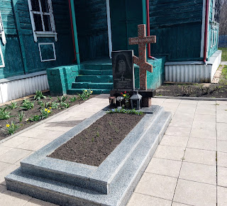 Новотроїцьке, Свято-Вознесенська церква. Могила отця Дмитра Нелюбова