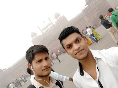 Shubham hathi - Red fort With friends