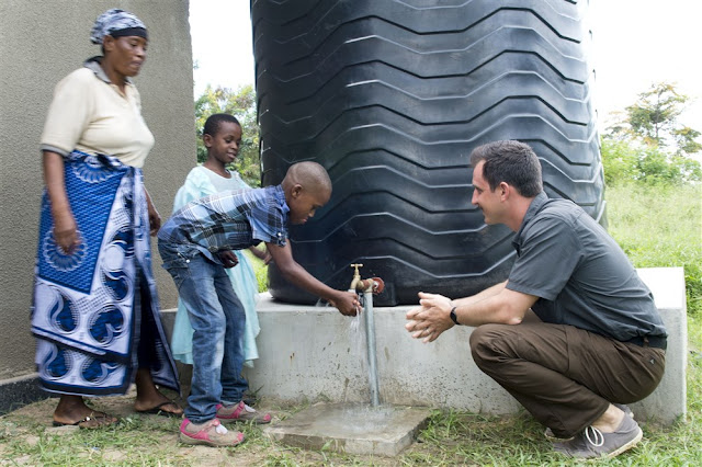 ilustrasi program CSR dengan memberikan bantuan air bersih kepada masyarakat